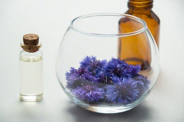 création d'une huile essentielle avec des plantes, un flacon, un bol