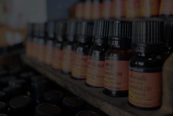 des flacons d'huile essentielle sur un meuble