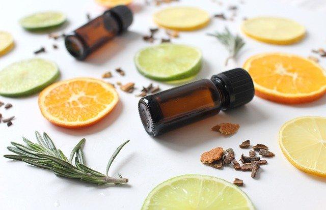 huiles essentielles de citron avec de vrais citrons et du thym